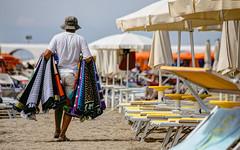LIGNANO SABBIADORO. VU CUMPRA' (FRANCO600D) Tags: lignano lignanosabbiadoro fvg friuli friuliveneziagiulia spiaggia venditore vucomprà estate ud ambulante africano canon eos6dmarkii franco600d