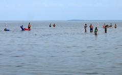 Mise à l'eau (Robert Saucier) Tags: eau water midwest ciel sky baigneurs img1343