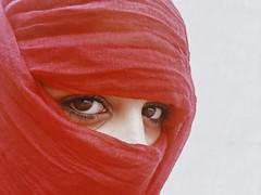 Occhi da Orientale (Santina Morciano) Tags: face streetphotographer streetphotography street portrait oriente red occhi eyes