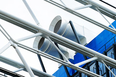 Tatalow met ses pas dans les pas de patouhaut (Le.Patou) Tags: musée museum architecture moderne modern bulding machine blue white pipe hose roof top zoom fz1000 jsslll tyson