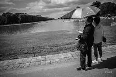 (Jack_from_Paris) Tags: l1011909bw leica m type 240 10770 leicaelmaritm28mmf28asph 11606 dng mode lightroom capture nx2 rangefinder télémétrique bw noiretblanc noir et blanc monochrom wide angle street château de versailles visite portrait touristes soleil sun perspective nuages clouds bassin eau water parapluie barques pelouse