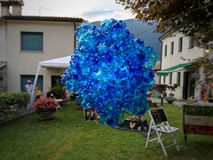 Blue blob (Mi-Fo-to) Tags: cortili arte fratta tarzo scultura sculpture light luce blob plastic recycling riciclo riciclaggio plastica italia italy art courtyards town paese inquinamento pollution garbage blu blue