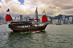 _DSC7633 ag (Tartarin2009) Tags: travel voyage nikon d600 aqualuna junk hongkong victoriaharbour clouds sky nuages dramatic boat red rouge traditional tradition