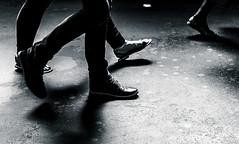 Des pas dans la gare. (LACPIXEL) Tags: pas paso step gare station estacion paris france rue street calle streetphotographer saintlazare sncf shoes chaussures zapato noiretblanc blancoynegro blackandwhite sony ilce7rm3 a7r3 flickr lacpixel mouvement marcher andar walk walking sol floor suelo movimiento movement pieds feet pies