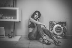 Laure (www.michelconrad.fr) Tags: vert bleu rouge canon eos6d eos 6d ef24105mmf4lisusm 24105mm 24105 femme modele portrait studio noir pose body canapé porte tableau cousins home maison chezsoi jambes noiretblanc monochrome