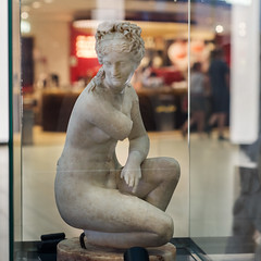 Crouching Aphrodite (diffendale) Tags: artifact display exhibit متحف ancient antico antique archaeological archeologico roman romano römisch romain ρωμαϊκόσ roma romen الرومانية римская ostia ostie остияантика أوستياأنتيكا sculpture statue bildhauerkunst plastik γλυπτική escultura scultura скульпту́ра نحت heykel marble marmo 2ndcce imperial etàimperiale airport aeroporto fiumicino fco god deity divinità stone hadrianic adrianea 110sce 120sce 130sce 1stquarter2ndcce 2ndquarter2ndcce 1sthalf2ndcce aphrodite afrodite venus venere goddess accovacciata domusdellafortunaannonaria female femminile pleiades:findspot=422995