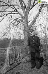 tm_4675 - Ingemar Karlsson (Tidaholms Museum) Tags: svartvit positiv militäruniform soldat träd människa porträtt