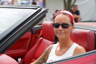 Schöne Frau in einer roten Corvette.