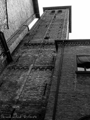 Campanile del Complesso delle sette chiese - Bologna (frillicca) Tags: 2018 april aprile bn bw belltower biancoenero bianconero blackandwhite blackwhite bologna campanile chiesadisantostefano chiostro church complessodellesettechiese cortile courtyard monochrome monocromo panasoniclumixlx100 torre tower