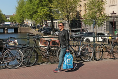 Singel - Amsterdam (Netherlands) (Meteorry) Tags: europe nederland netherlands holland paysbas noordholland amsterdam amsterdampeople candid streetscene people centre centrum center singel canal gracht water bridge paleisstraat man homme male guy gentleman jeans sneakers trainers baskets skets nike nikeairmax1 airmax albertheijn ah bag blue printemps spring sunglasses may 2018 meteorry