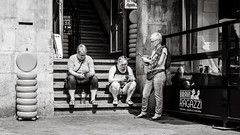 having a break (Gerard Koopen) Tags: nederland netherlands amsterdam capital city tourists break cheese mobile straat street straatleven streetlife straatfotografie streetphotography bw blackandwhite blackandwhiteonly candid people man woman women sony sonya7iii 2018 gerardkoopen gerardkoopenphotography