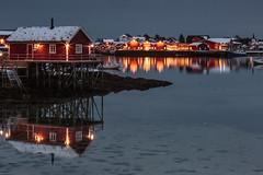 Reine (Jose Feito - www.atravesdelprisma.com) Tags: lofoten noruega viaje reine noche nocturna polar artico circulo lago agua rorbuer pescadores idilico mar nieve invierno