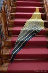 Treppenwärmer (Sockenhummel) Tags: handarbeitensabine martinabehm matchandmove strickmich treppenhaus schal shawl triangle dreiecktuch dreieck treppe stufen staircase stairwell steps fuji xt10 trianglecloth dreieckig