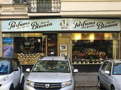Parfums nach Gewicht/ Künstl. Blumen (Monsieur Adrien) Tags: laden ladenschild leuchtreklame berlin storefront storesign typo typography typografie schaufenster shopwindow charlottenburg parfüm blumen
