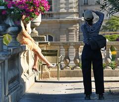 Le pansement (Eric VASSEUR) Tags: photo pansement filles luxembourg jardin jardinduluxembourg paris modèle fleurs