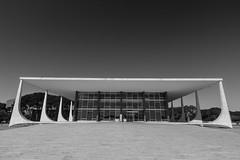 Supremo Tribunal Federal (Johnny Photofucker) Tags: brasília df brasil brazil brasile 1022mm grandeangular wideangle arquitetura architecture architettura branco preto black white bw pb nero bianco monochrome lightroom stf supremotribunalfederal noiretblanc niemeyer