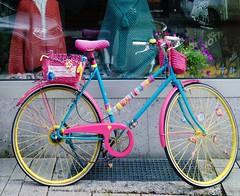 FAHRRAD (hlh 1960) Tags: fahrrad bike farben colour pink bunt handarbeit häkeln stricken wolle pullover blau pedale outdoor reifen 22old school22