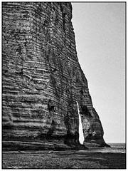 Etretat, Côte d'Albâtre (unukorno) Tags: étretat normandie frankreich cliff beach water sw bw blackwhite frame noise grain monochrome portedaval arche felsentor