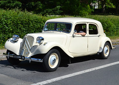 A post 1952 Citroën Traction Avant at Maisons-Laffitte on 2018-05-27 (alaindurandpatrick) Tags: citroëntractionavant citroën classiccars classicmotorshows frenchcars frenchclassiccars 78 yvelines maisonslaffitte iledefrance greaterparisarea france