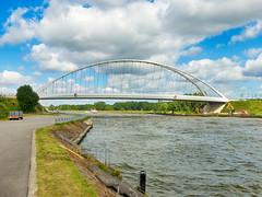 Zicht op de brug (Jan 1147) Tags: brug bridge watez kanaal canal lucht sky wolken clouds road zandhoven belgium viersel