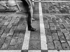 photo finish (Pablo Germade) Tags: street streetphotography callejera urban urbana people pie gente calle adoquin navarra pamplona blancoynegro blackandwhite byn bw olympusomdem5 pablogermade
