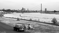 Alfa Romeo Super Giulia 1.6 in front of the skyline of Dusseldorf (Germany) (patuffel) Tags: alfa romeo super giulia 16 düsseldorf dusseldorf duesseldorf oberkasseler brücke rhein rhine bw black white schlossturm open air kino skyline summicron 50mm leica tonhalle