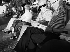 Eligiendo las actuaciones (no sabemos cómo llamarnos) Tags: street streetphotography photoderue rue fotourbana fotocallejera calle blancoynegro blackandwhite noiretblanc monochrome monocromático couple pareja