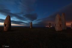 Anochece sobre los menhires.. (cienfuegos84) Tags: coruña nubes clouds azul naranja blue orange 2018 tokina1116 canon