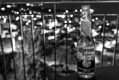 """Drinking beer with a view (KF-GR) Tags: zeiss zeiss35mm zeissdistagon blackandwhite bnw night nightphotography nikon d750 distagon352zf zf2 distagont235 availablelight general """"carl zeiss"""" carlzeiss"""