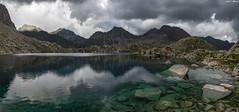 Formándose la tormenta (sostingut) Tags: tormenta lago cordillera pirineos llacspirineus d750 nikon tamron haida reflejo refugio rocas