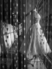 Belle d'un jour... (objet introuvable) Tags: blackandwhite bw noiretblanc nb robe dress mariage wedding vitrine glasgow monochrome