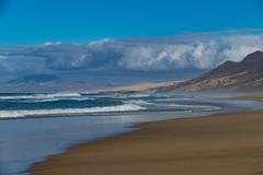 manless beach (zoomseb) Tags: fuerteventura waves water mountain beach clouds wellen wasser berge krater vulkan blau braun blue brown vulcanic jandia wolken