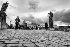 Walking the bridge / Caminando el puente (Carlos Pizarro Photography) Tags: puente gente cielo bridge caminando people sky praga walking karluvmost