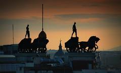 Madrid y sus crepúsculos... (Garciamartín) Tags: atardecer crepúsculo arquitectura estatua escultura silueta torres cuádriga paisaje madrid españa europa garciamartín nino nubes