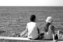 Regard vers l'horizon (caly76) Tags: enfants personne dos mer océan fille garçon noiretblanc blackwhite olympus horizon eau ciel