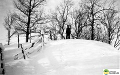 tm_4712 (Tidaholms Museum) Tags: svartvit positiv landskap vinter snö skidbacke