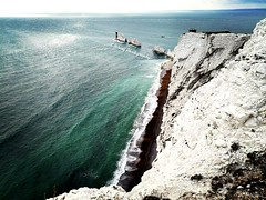 The Needles, The Isle of Wight. (K1R57Y) Tags: theneedles isleofwight theisland islandlife waves chalk chalkcliffs heights lighthouse rockformations battery white horizon ocean sea water blues beach sky clouds tourism landmark iconiclandmark daytrip views scenery coast coastalviews landscape landscapephotography huaweip20 smartphonephotography