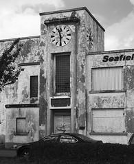 Seafield Technical Textiles Ltd (Rhisiart Hincks) Tags: warziskar dirywio decay dulchunraice 1130 clock cloc horoloj clog bw gwennhadu duagwyn dubhagusbán artdeco abandonedfactory ireland iwerddon iwerzhon éire uzindilezet monarchatréigthe ffatriaadawyd countycork contaechorcaí youghal eochaill