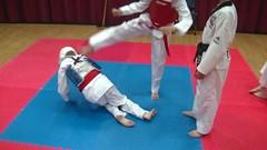 The blue one feels the impact! (BLLLCCC) Tags: pain barefoot baresoles feet soles solas pés kids teens fight lutas esporte sports gym academia taekwondo martialarts mat tatame kick chute referee arbitro