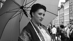 Fringe on the Mile 2018 036 (byronv2) Tags: fringe fringe2018 edinburghfestivalfringe2018 royalmile oldtown festival festivalfringe edinburgh edimbourg scotland blackandwhite blackwhite bw monochrome peoplewatching candid street woman girl portrait performer smile umbrella parasol costume explore