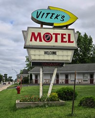 Vitek's Motel, St. Ignace, MI (Robby Virus) Tags: stignace michigan mi up upper peninsula lake viteks motel sign signage welcome