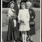 Archiv P148 Kommunionskind mit Familie, 1960er thumbnail