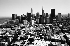 Vue Sud-Est sur la Ville / Coit Tower - San Francisco, Californie (Ludovic Macioszczyk Photography) Tags: vue sudest sur la ville coit tower san francisco californie nikon fm 135 kodak tmax 400 iso mai 2018 étatsunis © ludovic macioszczyk usa film argentique lumière 35mm noir et blanc monochrome california voyage vacances grain bay area sf north beach street view bridge downtown telegraph hill amérique district photography analog city