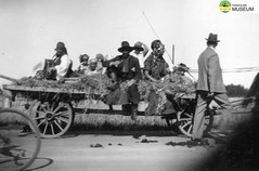 tm_4816 (Tidaholms Museum) Tags: svartvit positiv gruppfoto människor 1942 karneval kärra