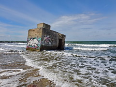 BUNKER (Wunderlich, Olga) Tags: ostsee bunker wellen himmel seebrücke dars fischland mecklenburgvorpommern naturkreativ graffiti