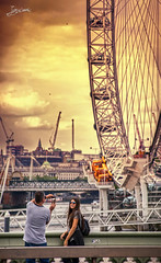 my English trip in July 2018: London, part X (Juan-Chaves) Tags: noria ferriswheel atardecer sunset gente people londres london cielo sky nubes clouds londoneye pareja couple amantes lovers chica girl mobilephone momentos moments