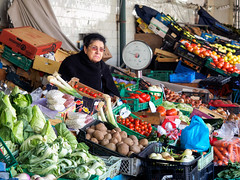 Tendera (thaisa1980) Tags: 2018 marzo mercadodobolhao oporto portugal fruit frutas gente market mercado people shopkeeper street tendero