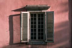 Das Fenster zum Hof (Rafael Zenon Wagner) Tags: fenster schatten abend sonne licht nikon d810 58mm window umbra night sun light