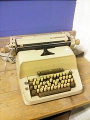 Triumph Matura 30 (Arne Kuilman) Tags: typewriter camel brown typemachine drenthe kringloop tab keys large triumph triumphmatura30 groot secondhand