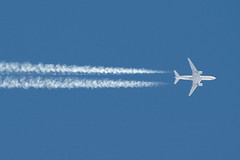 American Airlines Boeing 777, Over Las Vegas McCarran, February 29th 2004 (Southsea_Matt) Tags: americanairlines oneworld boeing 777223er unitedstatesofamerica usa nevada lasvegas mccarran klas las february 2004 winter canon 10d transport airplane aeroplane aircraft contrail